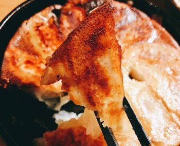 名物の鉄なべ餃子!一口サイズの餃子を鉄なべで焼き上げます。お好みでお召し上がりください。