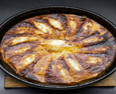 名物の鉄なべ餃子!一口サイズの餃子を鉄なべで焼き上げます。お好みでお召し上がりください。<br /> <br /> 【鉄なべ餃子】<br /> 1人前 318円(税込) ※2人前より