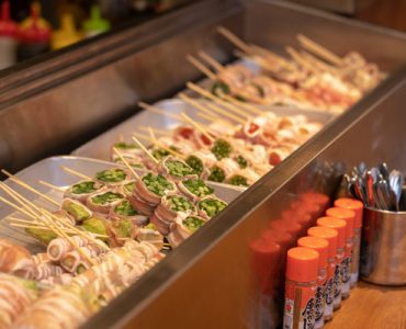 博多で出会った野菜巻き串!沢山お野菜も食べれて体にも◎おすすめはお任せ5本盛り合わせ!<br /> <br /> 【野菜巻き串】<br /> 180円~(税抜)
